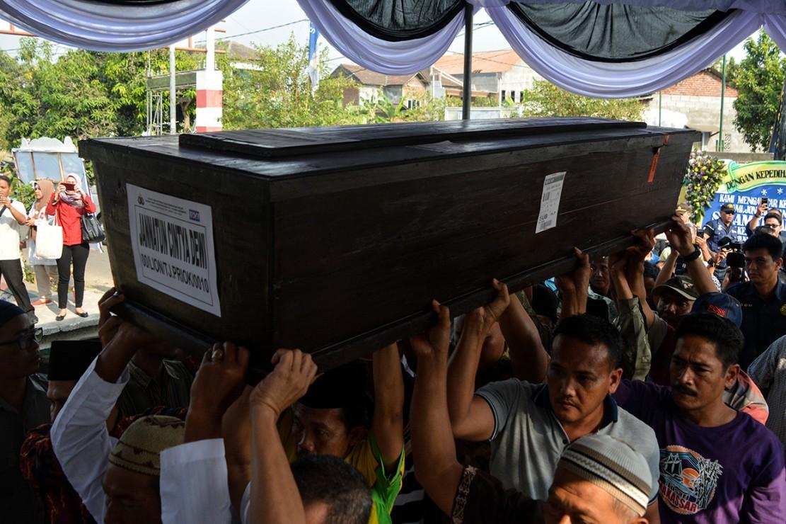 Sejumlah keluarga dan kerabat mengangkat jenazah korban jatuhnya pesawat Lion Air JT 610 Jannatun Cintya Dewi saat tiba di kediaman kawasan Sukodono, Sidoarjo, Jawa Timur.