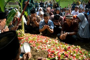 Jannatun Cintya Dewi merupakan pegawai Kementerian ESDM yang menjadi salah satu penumpang pesawat Lion Air JT 610 yang jatuh di perairan Tanjung Karawang, Jawa Barat.