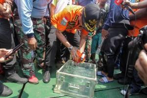 Benda yang merekam suara terakhir di pesawat sebelum jatuh itu ditemukan oleh tim penyelam Angkatan Laut di kedalaman sekitar 30 meter lewat alat Remotely Operated Vehicle (ROV) yang dimiliki Kapal Baruna Jaya I.