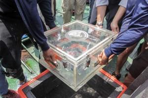 Setelah diangkut dari dasar laut, benda yang diduga kotak hitam itu langsung dibawa ke Kapal Baruna Jaya I. Sementara penyelam terus melakukan pencarian serpihan lain.