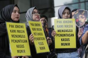 Koalisi masyarakat sipil dan Wadah Pegawai (WP) KPK menggelar aksi memperingati 500 hari penyiraman air keras terhadap penyidik senior KPK Novel Baswedan di depan gedung KPK, Jakarta.