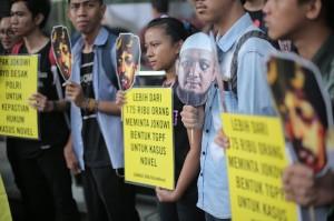 Mereka mendesak pemerintah untuk menyelesaikan kasus-kasus penyerangan terhadap para aktivis.