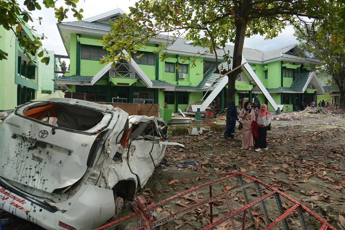 Sejumlah mahasiswa mengikuti kuliah perdana pascagempa di Kampus Institut Agama Islam Negeri (IAIN) Palu, Sulawesi Tengah, Kamis, 1 November 2018.