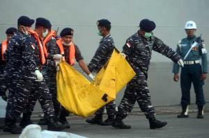 Anggota TNI AL membawa kantung berisi jenazah korban jatuhnya pesawat Lion Air bernomor registrasi PK-LQP dengan nomor penerbangan JT 610 di Pelabuhan Tanjung Priok, Jakarta, Kamis, 1 November 2018.