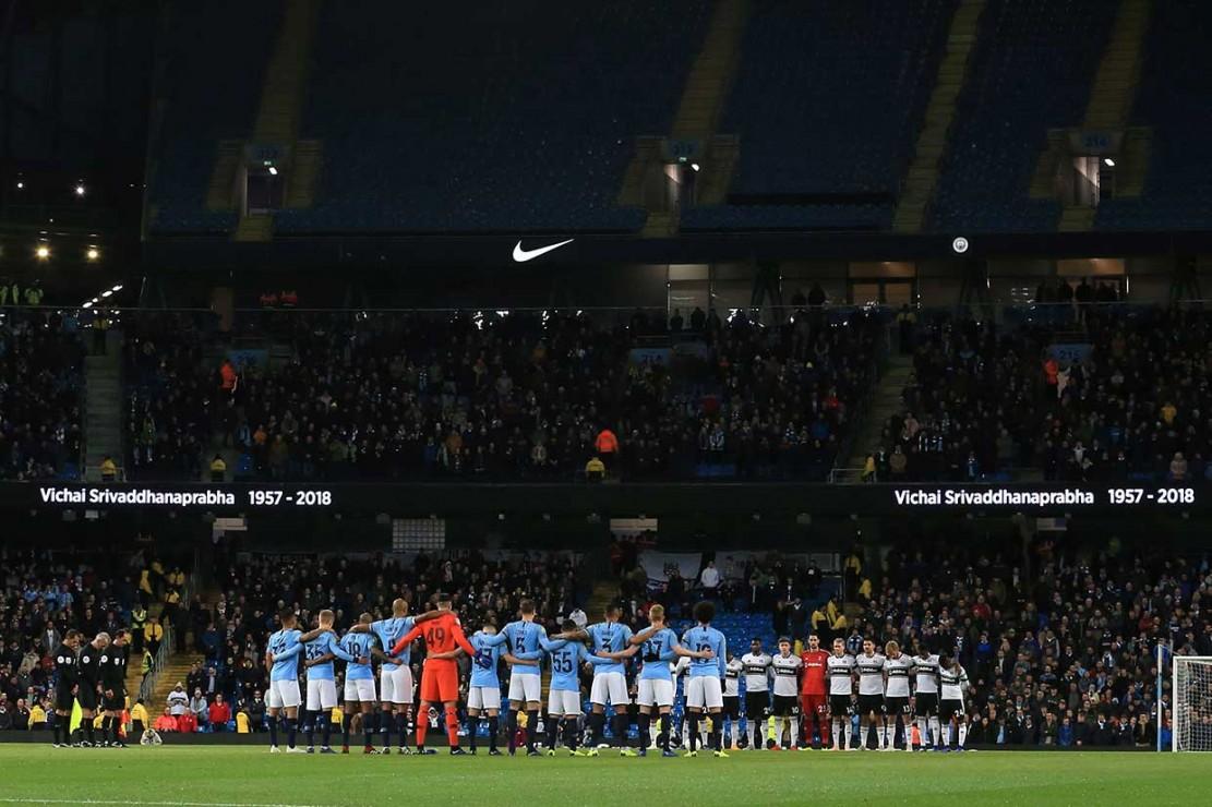 Sebelum laga dimulai, para pemain mengheningkan cipta untuk menghormati mereka yang tewas dalam kecelakaan helikopter di Leicester City, Sabtu, 27 Oktober lalu. Salah satu korban tewas adalah pemilik Leicester City, Vichai Srivaddhanaprabha.
