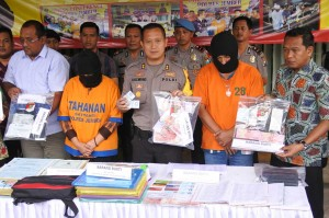 Kapolres Jember AKBP Kusworo Wibowo (tengah), Kasat Reskrim AKP Erik Pradana (kanan), Kasi Pidana Khusus Kejari Jember Herdian Rahadi (kiri), dan tersangka saat rilis operasi tangkap tangan (OTT) pungutan liar pembuatan dokumen kependudukan di Mapolres Jember, Jawa Timur, Jumat, 2 November 2018.