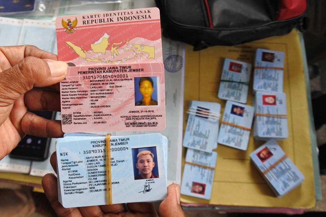 Keduanya terjaring operasi tangkap tangan (OTT) Tim Saber Pungli Jember pada Rabu, 31 Oktober malam, dengan barang bukti uang sebanyak Rp.10.100.000.