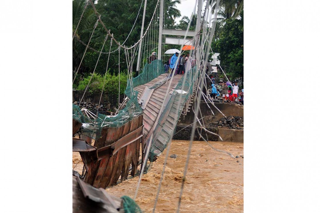 Jembatan yang baru dibangun itu putus dihantam air sungai yang meluap akibat tingginya intensitas hujan sejak Jumat siang.