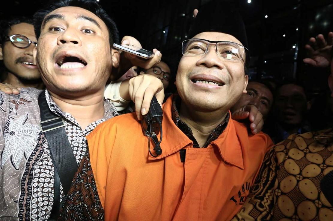 Wakil Ketua DPR Taufik Kurniawan menggunakan rompi orange usai menjalani pemeriksaan di Komisi Pemberantasan Korupsi (KPK), Jakarta, Jumat, 2 November 2018.