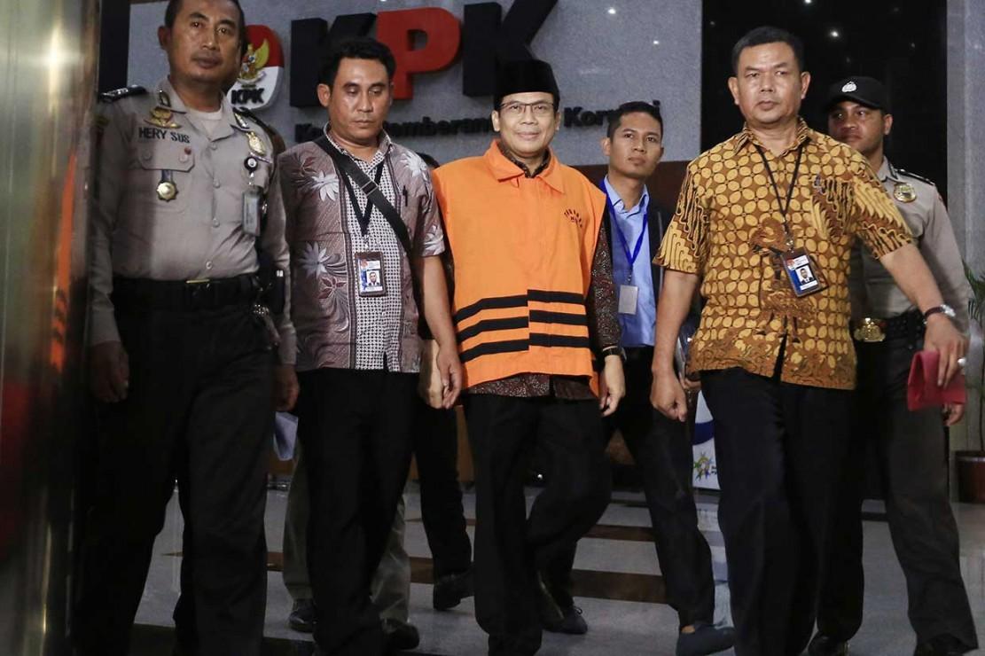 Politisi Partai Amanat Nasional (PAN) tersebut resmi ditahan usai menjalani pemeriksaan sebagai tersangka oleh KPK atas kasus dugaan penerimaan hadiah atau janji terkait pengurusan anggaran Dana Alokasi Khusus (DAK) untuk Kabupaten Kebumen pada APBN Perubahan Tahun 2016.