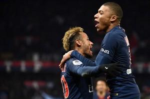 Neymar melakukan selebrasi bersama Mbappe.
