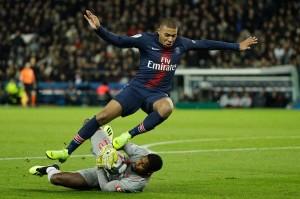 Sebelumnya, di babak pertama para pemain PSG dibuat frustasi dengan rapatnya pertahanan lawan serta penampilan brilian kiper Lille Mike Maignan.