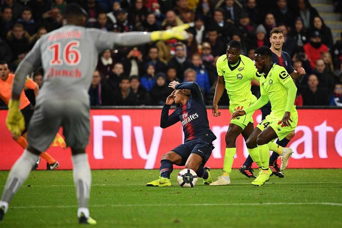 Mbappe mendapat gangguan dari pemain Lille Fode Ballo di dalam kotak penalti, namun wasit tidak mengganggapnya sebagai pelanggaran.
