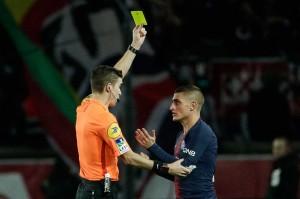 Marco Verratti diganjar kartu kuning karena melanggar pemain lawan.