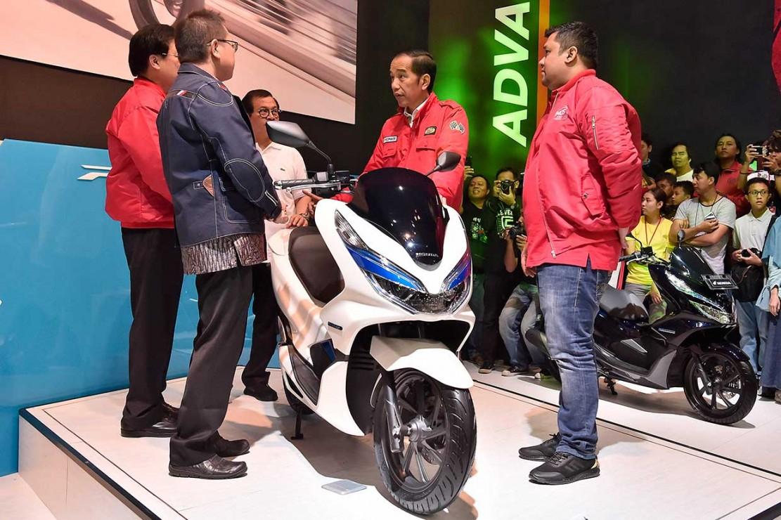 Selanjutnya Presiden melanjutkan berkeliling ke stan Honda dan melihat-lihat motor listrik, Honda PCX Electric.