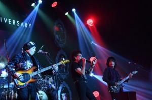 Para musisi senior itu kompak memakai pakaian serba hitam dan membuka konser dengan lagu Bla Bla Bla yang diambil dari album Semut Hitam tahun 1988.