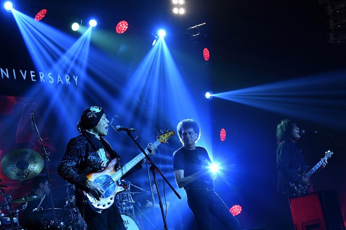 Tembang kedua berjudul Kehidupan yang diambil dari album yang sama, Semut Hitam. Ahmad Albar sebagai vokalis menyapa penonton yang hadir.