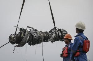 Kadispen Koarmada I Letkol Laut (P) Agung Nugroho mengatakan mesin pesawat sudah diangkat dari dasar laut pada pukul 15.40 WIB. Turbin ditemukan oleh penyelam TNI AL. Antara Foto/Jaya Kusuma