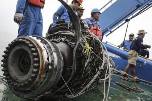 Tim SAR gabungan mengevakuasi turbin pesawat Lion Air bernomor registrasi PK-LQP dengan nomor penerbangan JT 610 di perairan Tanjung Karawang, Jawa Barat. Antara Foto/Jaya Kusuma