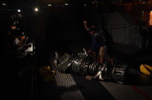 Personel penyelam TNI AL menunjukkan turbin pesawat Lion Air JT 610 di atas kapal LCU KRI Banda Aceh saat tiba di Posko SAR Tanjung Priok, Jakarta. Antara Foto/Indrianto Eko Suwarso