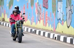 Kali ini Jokowi berkendara sepeda motor custom barunya.