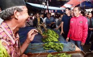 Mampir blusukan ke Pasar Anyar, Tangerang. Menteri Perindustrian Erlangga Hartato ikut bermotor bersama Jokowi.
