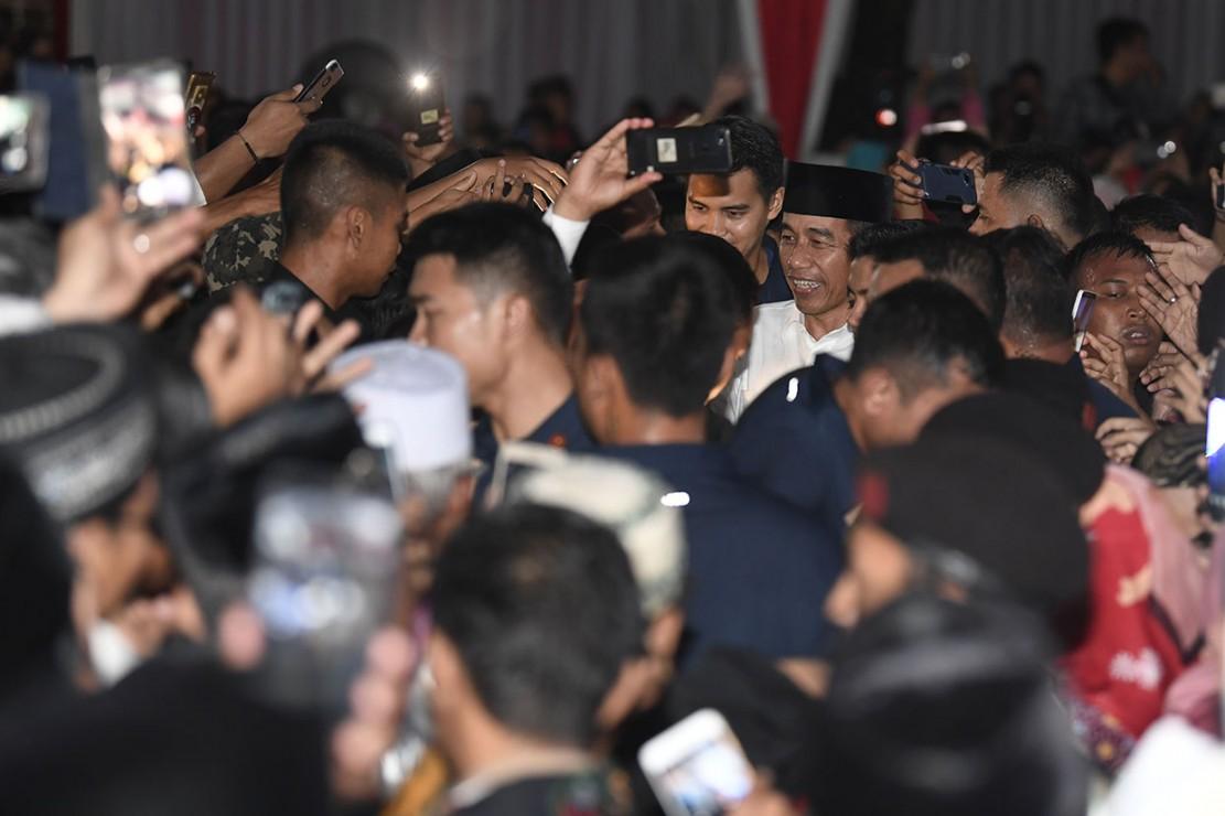 Kedatangan Presiden Joko Widodo di Pondok Pesantren Darul Hikmah disambut meriah oleh para santri.