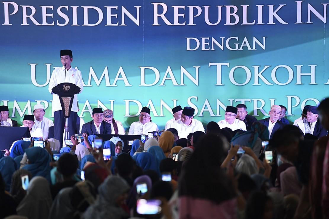 Presiden Joko Widodo menyampaikan sambutan saat bersilaturahmi di Pondok Pesantren Darul Hikmah, Tangerang Selatan, Banten.