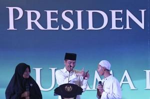 Presiden Joko Widodo berjanji akan membantu pembangunan Pondok Pesantren Darul Hikmah Pamulang, Tangerang. Hal ini disampaikan usai bertemu para kiai dan santri di pondok pesantren tersebut.