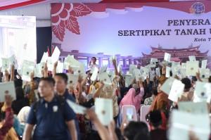Selain mengunjungi Pondok Pesantren Darul Hikmah, kunjungan presiden juga diisi dengan pembangian 6 ribu sertifikat tanah untuk warga masyarakat dari delapan kecamatan se-Kota Tangerang.