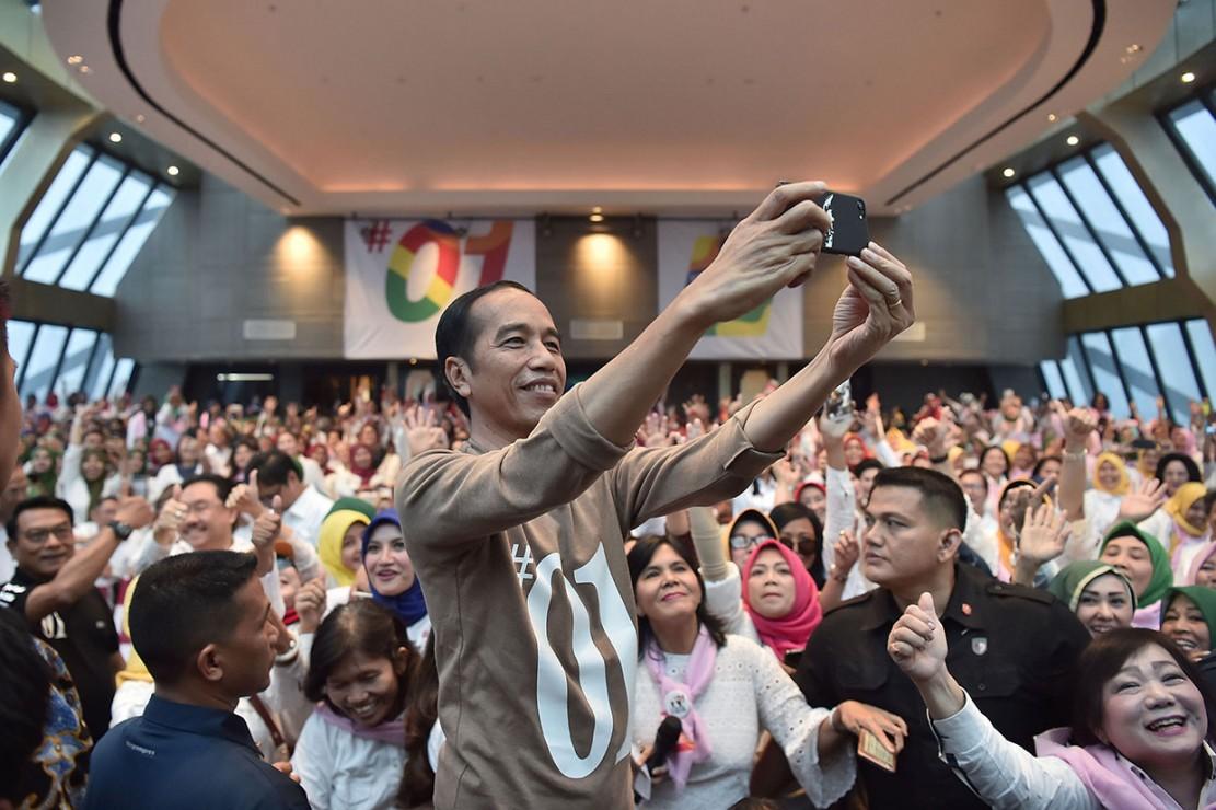 Jokowi juga menghadiri acara deklarasi calon anggota legislatif pendukung pemenangan pasangan Joko Widodo-Maruf Amin di Tangerang, Banten.