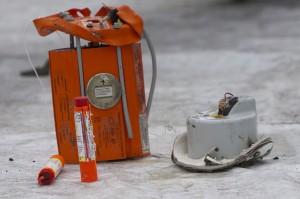 ELT adalah perangkat penentu lokasi pesawat yang merupakan bagian dari standar peralatan pada pesawat. ELT berwarna oranye tersebut ditemukan penyelam di kedalaman 30 meter tidak jauh dari lokasi penemuan black box flight data recorder.