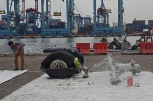 Petugas memeriksa puing pesawat Lion Air PK-LQP JT 610 di Pelabuhan Tanjung Priok, Jakarta.
