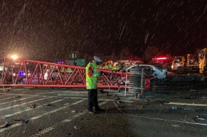 Laporan departemen propaganda kota Lanzhou menyebut kecelakaan ini berawal saat sopir truk pengangkut muatan berat itu kehilangan kendali saat melaju di turunan yang ada di sebuah expressway area perbukitan setempat.