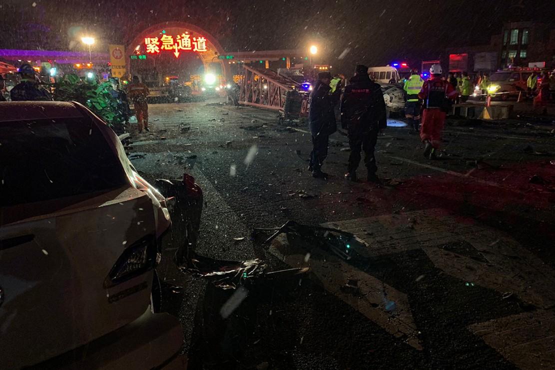 Otoritas setempat melaporkan bahwa 15 orang tewas alam kecelakaan beruntun ini. Sekitar 44 orang lainnya mengalami luka-luka, dengan 10 orang di antaranya dilaporkan mengalami luka serius.