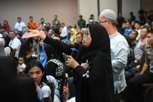 Keluarga korban jatuhnya pesawat Lion Air JT 610 memberikan pertanyaan saat berlangsungnya sesi konferensi pers di Jakarta.