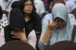 Keluarga korban jatuhnya pesawat Lion Air JT 610 menangis saat berlangsungnya sesi konferensi pers di Jakarta.