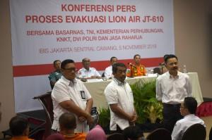 Pendiri Lion Air Rusdi Kirana (kanan) didampingi Presiden Direktur Lion Air Edward Sirait (tengah) dan Managing Director Lion Air Daniel Putut Kuncoro Adi (kiri) berdiri menghadap keluarga korban jatuhnya pesawat Lion Air JT 610 saat berlangsungnya sesi konferensi pers di Jakarta. Dalam kesempatan itu sejumlah pihak terkait memaparkan perkembangan proses evakuasi korban dan pesawat Lion Air JT 610.