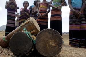 Tarian Antama adalah tradisi turun temurun yang sudah dilakukan masyarakat di daerah itu. Biasanya puluhan suku berkumpul dan melakukan ritual sebelum melakukan Antama atau berburu, namun tradisi ini perlahan mulai hilang sejak tahun 1990-an, terutama karena lahan tempat perburuhan mulai menyusut dan berkurang.