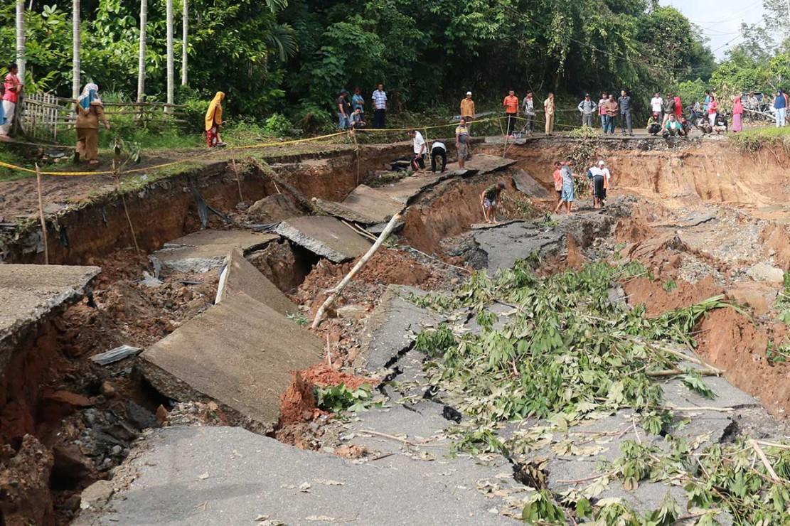 Jalan Ambles, 10 Nagari di Sijunjung Terisolasi