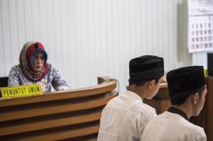 Mereka terbukti bersalah melanggar pasal 170, juncto pasal 55 ayat (2) ke-3 KUHPidana, juncto UU No 11 tahun 2012 tentang sistem peradilan anak sebagaimana dakwaan kedua.