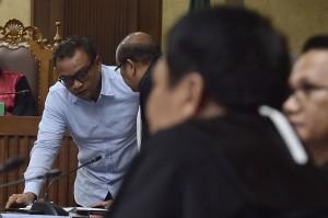 Terdakwa kasus korupsi KTP elektronik Irvanto Hendra Pambudi Cahyo berbincang dengan penasehat hukumnya saat sidang tuntutan di Pengadilan Tipikor, Jakarta.
