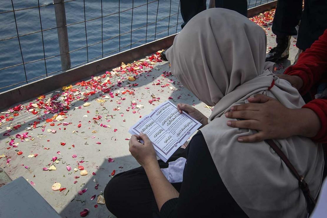 Doa dan Tabur Bunga Keluarga di Lokasi Jatuhnya Lion Air