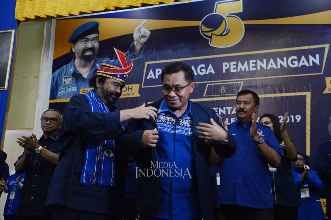 Di sela-sela acara tersebut, Surya Paloh menyematkan Jaket Partai NasDem kepada Bupati Maluku Tenggara Barat Petrus Fatlolon, sebagai tanda bahwa Petrus masuk Partai NasDem.