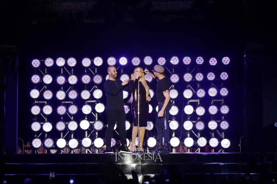 Mariah Carey tampil elegan dengan tiga kostum yang dikenakannya sepanjang jalannya konser.