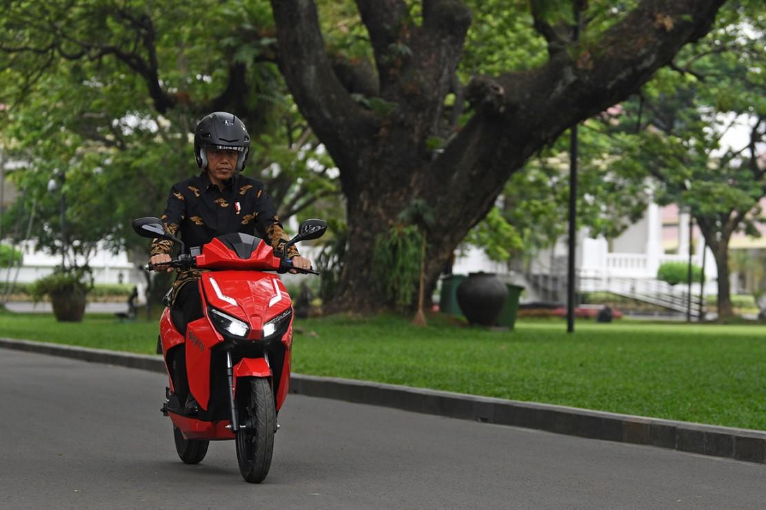 Gesits sudah melalui test drive dari Jakarta ke Bali. Jokowi mengaku terkesan oleh Gesits, yang tidak bersuara saat dikendarai.