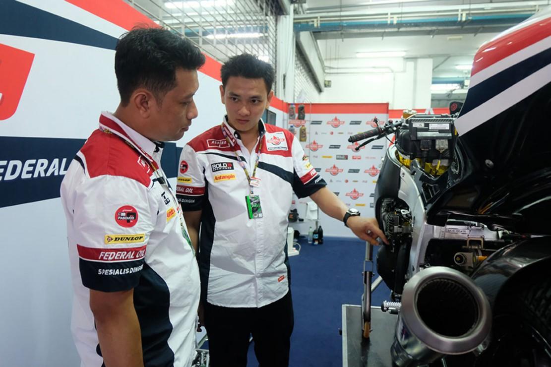 Toni mendapatkan kesempatan langsung menangani bagian bodi motor besutan Jorge Navarro. Mekanik asal Jambi ini dipercaya untuk memeriksa bagian bodi, membersihkannya, hingga memasangnya kembali ke motor.