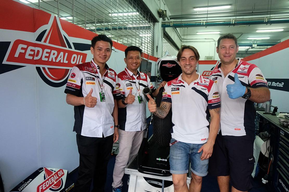 Mekanik bengkel Vincent Jaya Motor, Toni (dua dari kiri), mendapatkan kesempatan berkunjung ke paddock Federal Oil Gresini Moto2 setelah menjadi juara 1 Federal Oil Mechanic Contest 2018.