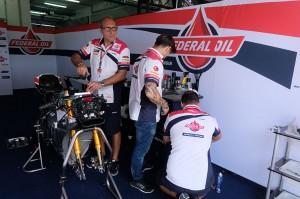 Para mekanik Federal Oil Gresini Moto2 selalu sigap memperbaiki dan memperhatikan sepeda motor yang akan digunakan.