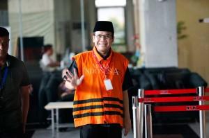 Wakil Ketua DPR Taufik Kurniawan tersenyum sambil menyapa awak media saat akan memasuki Gedung KPK, Jakarta, Rabu, 7 November 2018.